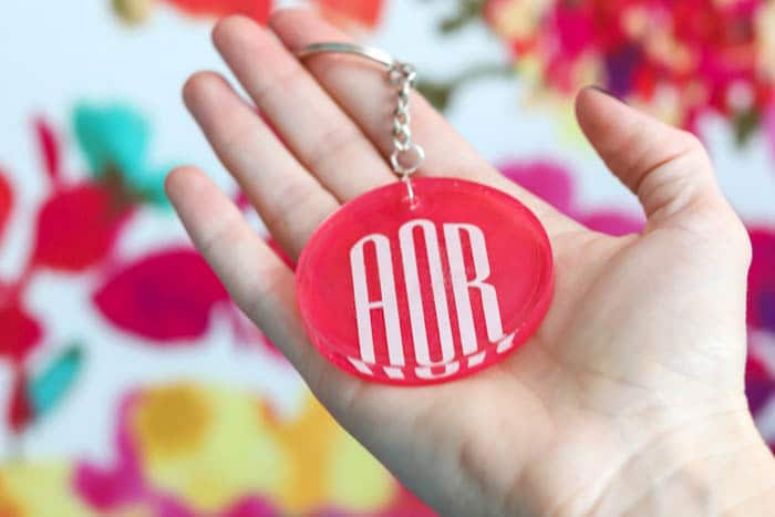 how to make a DIY monogram keychain with resin!